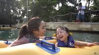 Keseruan Gisella Anastasia dan Gempi menghabiskan waktu bersama dengan berenang, (Sumber: YouTube/Gisella Anastasia)