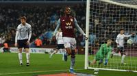 Jonathan Kodija merayakan gol keempat ke gawang Liverpool di perempat final Piala Carabao. Aston Villa menang 5-0 di Villa Park, Rabu dini hari WIB (18/12/2019). (AFP/Paul Ellis)