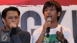 Ryan D'masiv (kanan) memberikan komentar saat jumpa pers Konser Suryanation Bangkit untuk Satu di kawasan Sudirman, Jakarta, Senin (21/03/2016). Rencananya konser tersebut akan dimulai pada 26 Maret 2016. (Liputan6.com/Herman Zakharia)