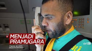 Berita video bek senior Dani Alves beraksi menjadi pramugara pesawat yang mengangkut skuat Timnas Brasil di Olimpiade Tokyo 2020.
