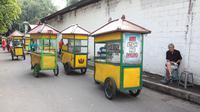 Relokasi puluhan PKL yang tergabung dalam Paguyuban PKL Gerobak Kuning dilaksanakan dengan mengirab gerobak kuning.