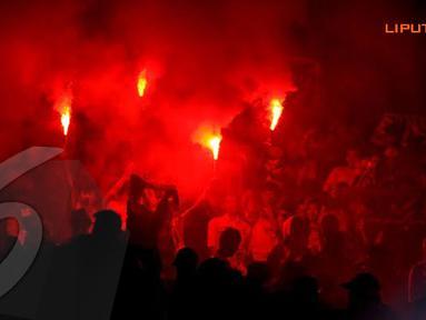 Jakmania menyalakan flare saat merayakan gol yang tercipta dari para pemain Persija (Liputan6.com/Helmi Fithriansyah)