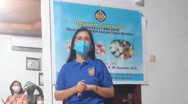 Ketua WKRI Cabang St Josep Pelindung Pekerja Manado Jeanette EM Soputan saat memberikan materi.