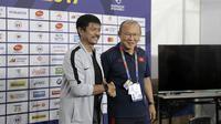 Pelatih Timnas Indonesia U-22, Indra Sjafri, dan pelatih Timnas Vietnam U-22, Park Hang-seo, dalam sesi konferensi pers jelang final SEA Games 2019 di Manila (9/12/2019). (Bola.com/Zulfirdaus Harahap)