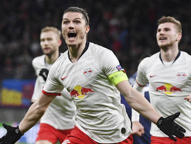 Pemain RB Leipzig, Marcel Sabitzer, melakukan selebrasi usai membobol gawang Tottenham Hotspur pada laga liga Champions di Red Bull Arena, Selasa (10/3/2020). RB Leipzig menang dengan skor 3-0. (AP/Hendrik Schmidt)