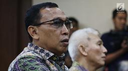 Sekertaris Jenderal KONI Ending Fuad Hamidy saat jalani sidang perdana sebagai terdakwa di Pengadilan Tipikor, Jakarta, Senin (11/3). Ending terjerat kasus dugaan suap terkait alokasi dana hibah Kemenpora ke KONI. (Liputan6.com/Johan Tallo)