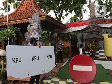 Petugas membawa logistik pilkada menuju Tempat Pemungutan Suara (TPS) 33 di lingkungan RT 05 RW 06 Kelurahan Cipayung, Depok, Jawa Barat, Selasa (8/12/2020). Sejumlah logistik pilkada Depok 2020 di distribusikan dari kelurahan Cipayung ke sejumlah TPS. (Liputan6.com/Herman Zakharia)