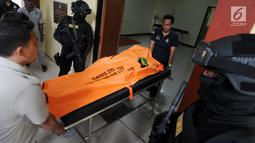 Jenazah pelaku skimming WNA asal Bulgaria yang ditembak mati oleh polisi dibawa ke RS Polri R Said Sukanto, Jakarta Timur, Kamis (5/4). Pelaku berinsial GDP tersebut terpaksa ditembak mati karena melawan saat akan ditangkap. (Merdeka.com/Arie Basuki)