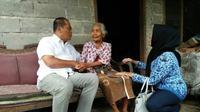 Bupati Karanganyar, Juliyatmono didampingi Kades Gaum, saat menyambangi manusia tertua di Karanganyar, Mbah Wagiyem (116) menjelang HUT ke-100 Karanganyar.  Foto: (Wardoyo/Joglosemar.co)