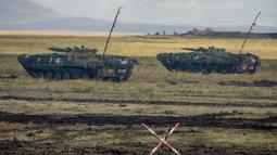 Kendaraan militer China berpartisipasi dalam latihan militer Vostok-2018 di Tsugol, Siberia timur, Kamis (13/9). Latihan militer Rusia bersama Rusia ini akan berlangsung selama seminggu ke depan di wilayah Rusia tengah dan timur. (AFP/Mladen Antonov)