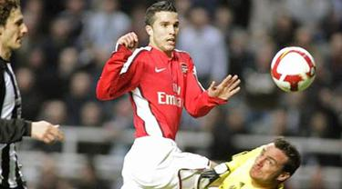 Newcastle United's Steve Harper saves from Arsenal's striker Robin van Persie during an English FA Premier League match at St. James' Park, on March 21, 2009. AFP PHOTO/GRAHAM STUART