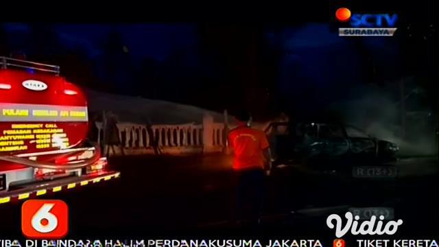 Mobil minibus terbakar hebat di Jalan Raya Yos Sudarso, Kelurahan Klatak, Kecamatan Kalipuro, Banyuwangi, Jawa Timur. Kebakaran sempat membuat warga panik lantaran api berkobar hebat hingga membakar ranting pohon di tepi jalan.