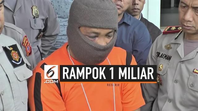 Aksi perampokan yang terjadi pada siang hari di pusat keramaian Jalan Ahmad Yani, Kota Sukabumi, Jawa Barat, berhasil digagalkan warga dan pihak kepolisian. Satu dari dua pelaku tewas.