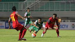Pemain PS TNI, Erwin Ramdani  terjatuh saat dihadang pemain Barito Putra pada laga Torabika SC 2016 di Stadion Pakansari, Bogor, Jumat (22/7/2016). (Bola.com/Nicklas Hanoatubun)