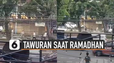 Beredar video dua kelompok pemuda saling tawuran di pinggir jalan saat bulan ramadhan.