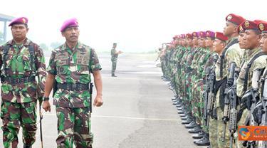 Citizen6, Surabaya: Prosesi penyematan brevet dipimpin Wadan Kobangdikal Brigjen TNI Marinir P. Verry Kunto. G. di lapangan Hangar Skuadron 400 Lanudal Juanda Surabaya, Jumat, (20/1). (Pengirim: Penkobangdikal)
