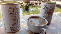 Satu gelas teh akar wangi khas Ciburial, Samarang Garut, Jawa Barat, dengan dua kaleng kopi siap seduh, dijamin bakal menjadi teman berakhir pekan anda berkeluarga saat ini (Liputan6.com/Jayadi Supriyadin)