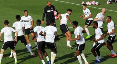 Pelatih baru AS Monaco, Thierry Henry, saat memimpin sesi latihan di La Turbie, Monaco, Jumat (19/10/2018). Thierry Henry menggantikan posisi Leonardo Jardim yang baru saja dipecat pada awal musim ini. (AFP/Valery Hache)