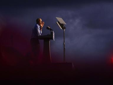 Mantan Presiden Barack Obama berbicara ketika berkampanye untuk calon presiden dari Partai Demokrat, Joe Biden di Citizens Bank Park, Philadelphia, 21 Oktober 2020. (AP Photo/ Matt Slocum)