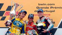 Toni Elias (tengah), membuat kejutan dengan mengalahkan Valentino Rossi (kiri) dan Kenny Roberts Jr. untuk memenangi balapan MotoGP Portugal di Sirkuit Estoril pada 2006. (alamy.com)