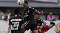 Bek PSIS Semarang, Fredyan Wahyu, menjaga pemain Persija Jakarta, Fitra Ridwan, pada laga Liga 1 di Stadion Patriot, Bekasi, Minggu (15/9). Persija menang 2-1 atas PSIS. (Bola.com/M Iqbal Ichsan)