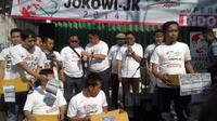 Relawan Jokowi-JK yang menyebut diri dengan JJ Bangkit saat sedang mengamen. (Liputan6.com/Silvanus Alvin)