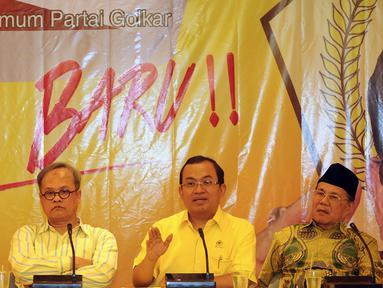 Priyo Budi Santoso (ketiga kiri) memberikan keterangan saat deklarasi pencalonan menjadi Calon Ketua Umum Partai Golkar di Jakarta, Kamis (14/4/2016). Pemilihan dilaksanakan pada Munaslub Partai Golkar, Mei mendatang. (Liputan6.com/Helmi Fithriansyah)