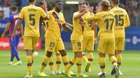 Skuat Barcelona merayakan gol yang dicetak Antoine Griezmann ke gawang Eibar pada laga pekan kesembilan La Liga. (AFP/Ander Gillenea)