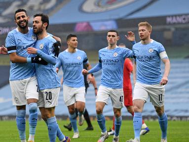 Gelandang Manchester City, Bernardo Silva (kedua dari kiri) melakukan selebrasi usai mencetak gol pertama timnya ke gawang Birmingham City dalam laga babak ke-3 Piala FA 2020/21 di Etihad Stadium, Minggu (10/1/2021). Manchester City menang 3-0 atas Birmingham City. (AFP/Oli Scarff/Pool)
