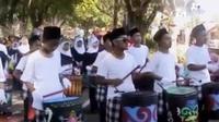 Alunan musik tradisional drum blek mengiringi pawai taaruf 1 muharam 1437 Hijriah yang diikuti oleh ratusan pelajar sekolah menengah di Kabu