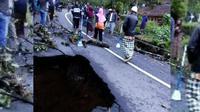 Jalan yang ambles menghubungkan jalur selatan ruas Majalengka-Cikijing arah Ciamis, Jawa Barat. (Liputan6.com/Aditya Prakasa)