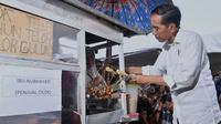 Presiden Jokowi sedang jajan cilok di Jakarta. (dok.Instagram @jokowi/https://www.instagram.com/p/BseoZMiBzyQ/Henry