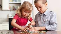 Si Kecil akan menangkap ilmu pendidikan lebih baik bila diberikan melalui permainan seperti puzzle. (Foto: via Shutterstock)