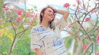 Potret Gaya Oza Kioza Pakai Baju Tie Dye, Stylish Banget. (Sumber: Instagram/ozakiozaduoserigala)
