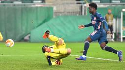 Penyerang Arsenal, Bukayo Saka, berusaha mencetak gol ke gawang Rapid Vienna pada laga Grup B Liga Europa 2020/2021 di Allianz Stadion, Kamis (22/10/2020) malam WIB. Arsenal menang 2-1 atas Rapid Vienna. (AFP/Joe Klamar)