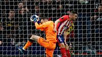 Penjaga gawang Arsenal David Ospina melakukan penyelamatan di depan pemain Atletico Madrid Koke saat pertandingan semifinal Liga Europa di stadion Metropolitano di Madrid (3/5). (AP Photo / Francisco Seco)