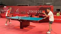 David Jacobs mengalahkan pemain asal Spanyol Jose Manuel Ruiz Reyes pada laga penyisihan Grup B kategori TT10 Paralimpiade Tokyo 2020, Kamis (26/8/2021). (NPC Indonesia)