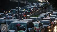 Sejumlah kendaraan terjebak macet di kawasan TB Simatupang, Jakarta, Senin (11/1). Pada 2016, Pemprov DKI Jakarta akan fokus pada pengadaan bus, penertiban parkir liar, serta pengandangan bus tak layak demi mengurai kemacetan. (Liputan6.com/Faizal Fanani)