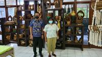 Ni Ketut Bakati Anggareni, merintis usaha kerajinan barang rumah tangga dari kayu bernama Bali Bakti Anggara. Foto: Istimewa