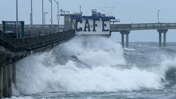 Ombak besar menerjang sebuah jembatan di Ocean Beach, California, (7/1). Jembatan ditutup karena gelombang ombak semakin tinggi yang dapat membahayakan pengguna jalan. (REUTERS/Mike Blake)