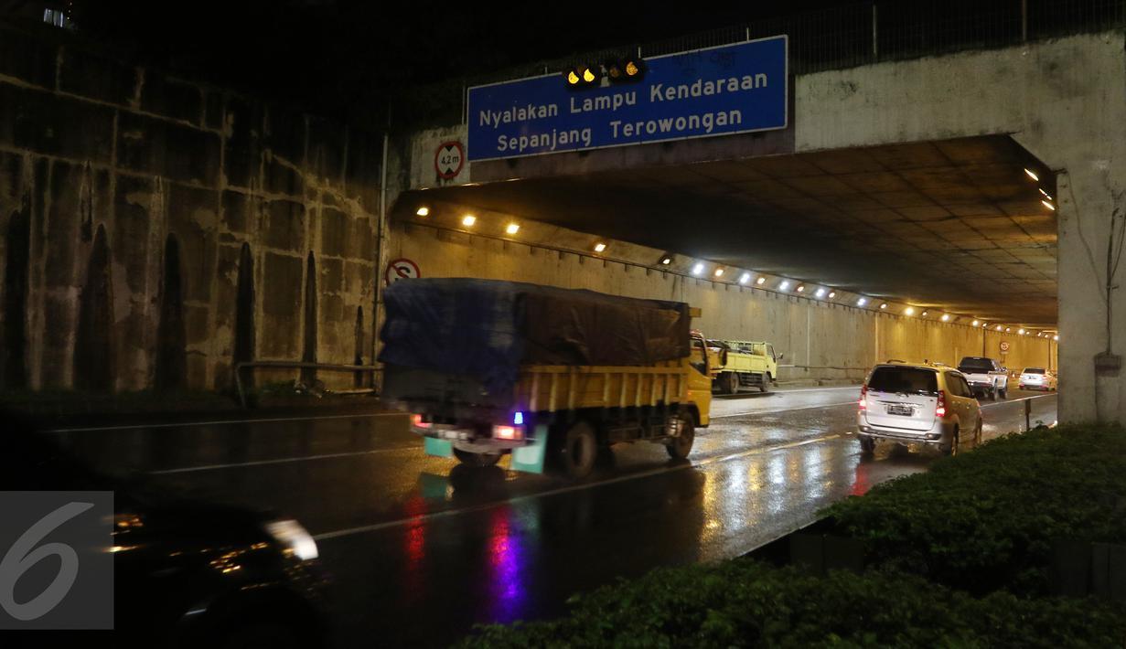 Sejumlah kendaraan melintasi ruas Tol JORR tepatnya di terowongan Pasar Rebo, Jakarta, Senin (29/2) malam. Kemacetan panjang terjadi sepanjang 15 kilometer arah ke Kampung Rambutan akibat jalan yang kembali berlubang. (Liputan6.com/Herman Zakharia)