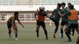Pemain Timnas Indonesia U-19, Bagus Kahfi, berebut bola saat latihan di Stadion Pakansari, Bogor, Rabu (2/10). Latihan ini merupakan persiapan jelang AFF U-19 di Vietnam. (Bola.com/Yoppy Renato)