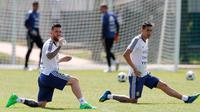 Pemain Argentina, Lionel Messi (kiri) dan Angel Di Maria saat sesi latihan jelang menghadapi Prancis pada 16 besar Piala Dunia 2018 di Bronnitsy, Rusia, Jumat (29/6). (AP Photo/Ricardo Mazalan)