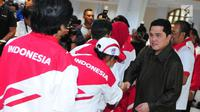 Ketua KOI, Erick Thohir bersalaman saat mengukuhkan kontingen Indonesia untuk SEA Games 2017 di Auditorium Wisma Menpora, Jakarta, Rabu (8/2). SEA Games 2017 Kuala Lumpur yang akan digelar 19-31 Agustus. (Liputan6.com/Helmi Afandi)