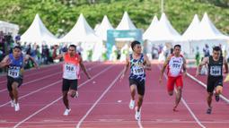 Sprinter Nusa Tenggara Barat Lalu Mohammad Zohri (195) mengikuti final lari 100 meter putri PON XX Papua di Stadion Atletik, Mimika SPort Complex, Rabu (6/10/2021). (Foto: PB PON XX PAPUA 2021/Rommy Pujianto)