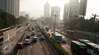 Ruas tol Dalam Kota dari Cawang arah Semanggi Jakarta diberlakukan contraflow, Senin (13/2). Hal ini dilakukan dalam rangka mengantisipasi kepadatan lalu lintas yang disebabkan pembangunan jalan layang Pancoran dan Proyek LRT (Liputan6.com/Gempur M Surya)