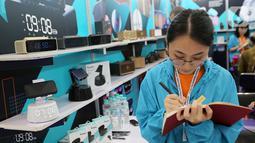 Penjaga pameran menunggu booth pada Global Sources Electronics Indonesia di JCC, Jakarta, Kamis (5/12/2019). Pameran yang mempertemukan pelaku bisnis di Indonesia dengan pemasok terbagi dalam produk elektronik, aksesoris seluler dan komponen elektronik. (Liputan6.com/Fery Pradolo)