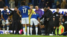 Striker Tottenham Hotspur Son Heung-min (ketiga kanan) memegangi kepalanya sambil tertunduk setelah menekel gelandang Everton Andre Gomes pada pertandingan Liga Inggris di Goodison Park, Liverpool, Inggris, Minggu (3/11/2019). Tekel Son Heung-min menyebabkan Andre Gomes patah kaki. (Oli SCARFF/AFP)