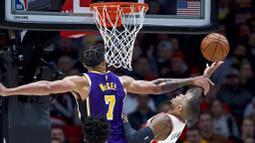 Pebasket Portland Trail Blazers, Damian Lillard, berusaha memasukkan bola saat melawan Los Angeles Lakers di Moda Center, Sabtu 928/12). LA Lakers menang 128-120 atas Portland Trail Blazers. (AP/Craig Mitchelldyer)