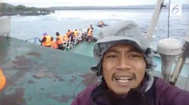 Seorang pria melakukan live streaming di Facebook pribadinya, memperlihatkan detik-detik KM Lestari Maju akan tenggelam.